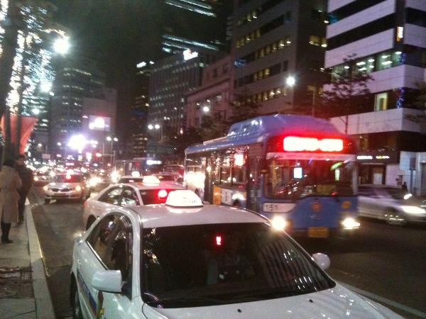 버스 정차위치에 떡하니 차를 정차시키는 택시들