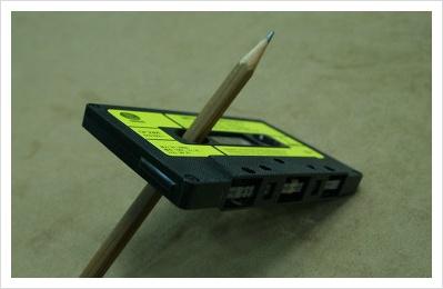 각진 연필을 테이프 톱니에 넣어서 손으로 돌리면 빨리 감기를 할수있다.