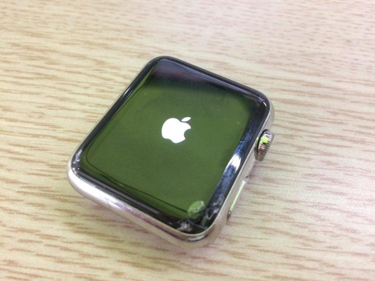 애플워치 우측하단 부분의 액정이 꺠져있다