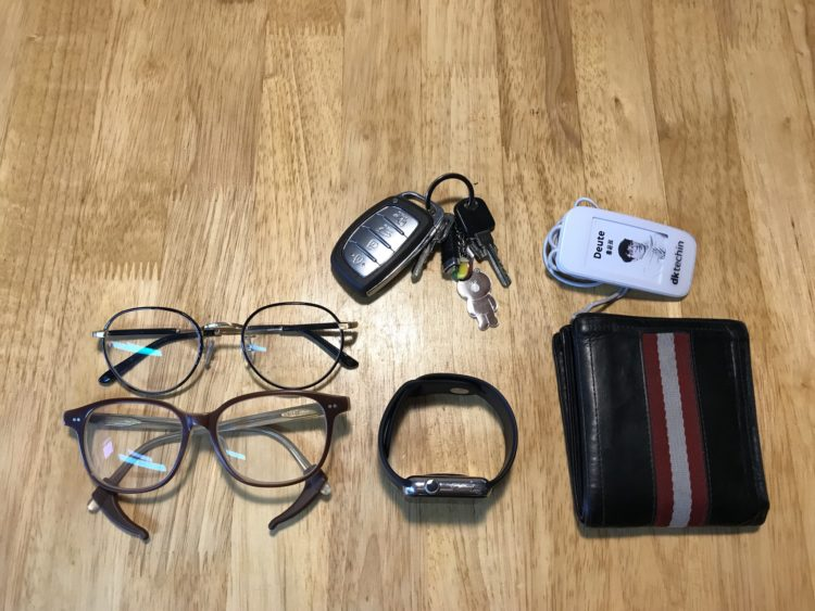 정리된 출근아이템(안경두개 차키 시계 지갑 출입증)
