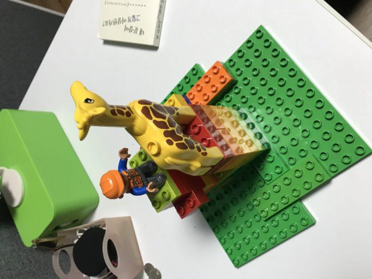 레고로 만든 조련사와 기린이 있는 두개의탑