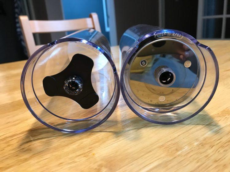 예전물통과 새로운 물통의 변경점 한쪽은 하단 받침이 플라스틱으로 이전에 사용되던건 금속으로 처리되어있다.