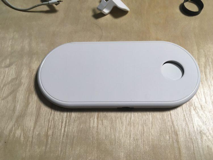 지지 작업을 하지 않은채 연결된 애플워치 충전기