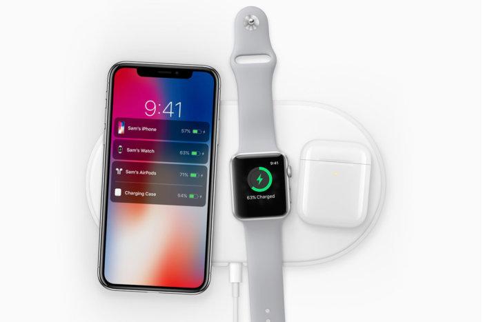 에어파어위에 아이폰, 애플워치, 에어팟이 충전이 되는 모습